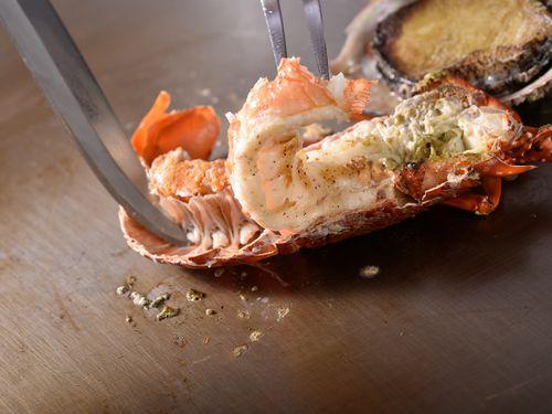 夕食は鉄板焼きか懐石料理、朝食は洋食か和食を選べます。