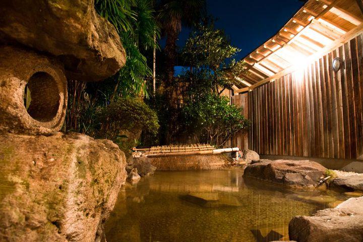 温泉は、内風呂が2つ、露天風呂が1つあります。内風呂は24時間入浴可能、露天風呂は予約制で貸切もOKです。