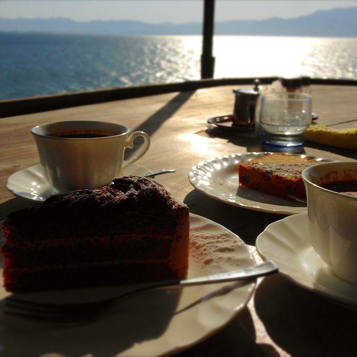 """身も心も癒してくれる""""絶景カフェ""""。琵琶湖の「シャーレ水ヶ浜」が見逃せない"""