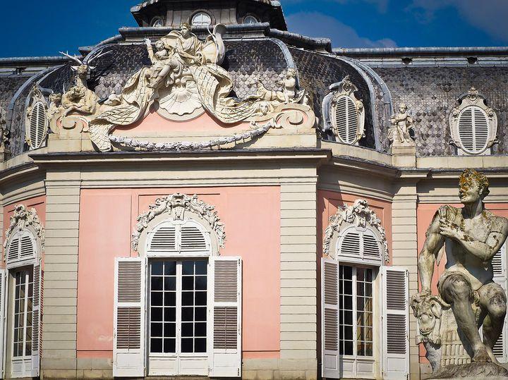 可愛すぎ!デュッセルドルフ「ベンラート城」天使いっぱいピンクの宮殿