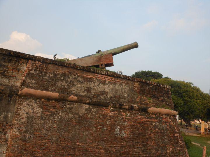マラッカ海峡に向けて大砲が設けられています。