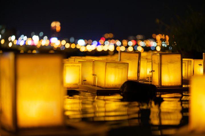 大切なあの人と見たい。日本国内で観られる光の絶景「灯篭流し」10選