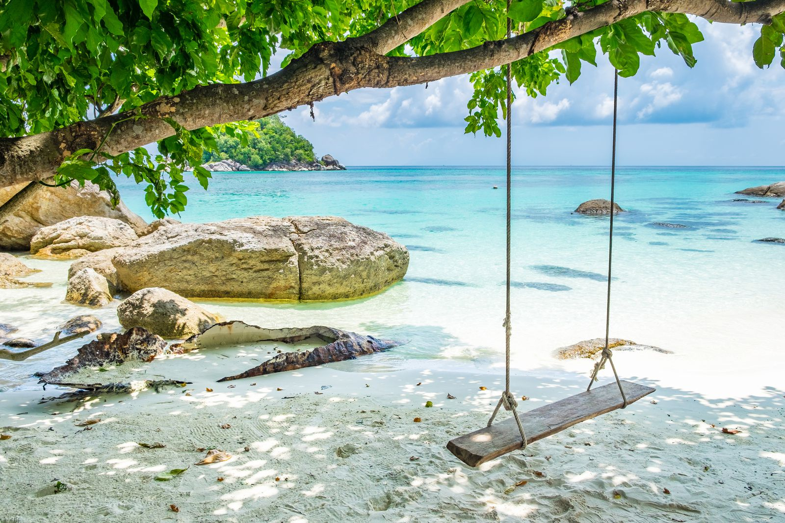 白い砂浜とブランコの沖縄の壁紙