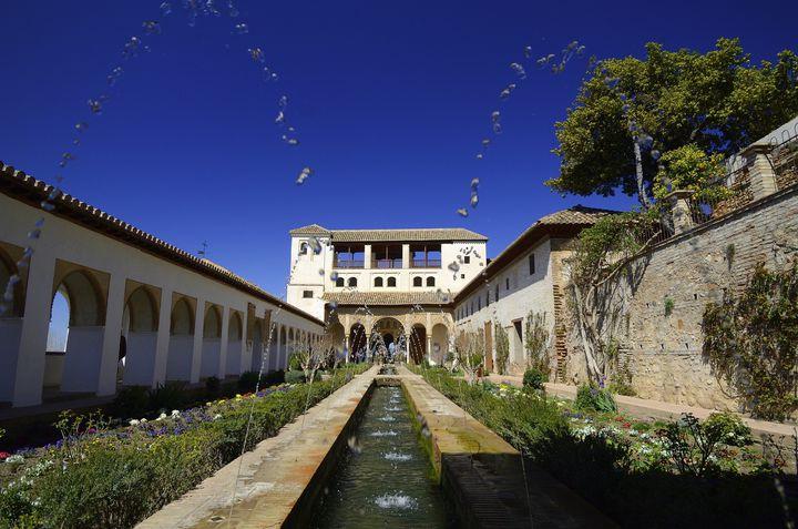 アルハンブラ宮殿を見たらここも!緑と花と水の癒しの空間「アセキアの中庭」