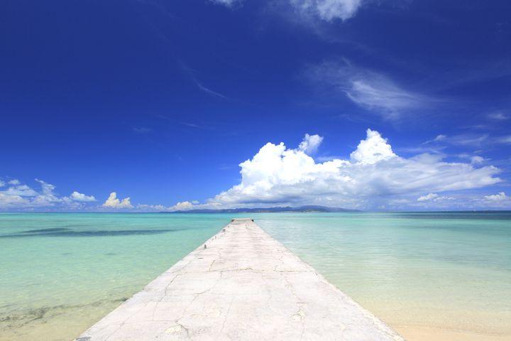 """青い海と空を独り占め!竹富島の""""西桟橋""""からの景色が絶景すぎると話題"""