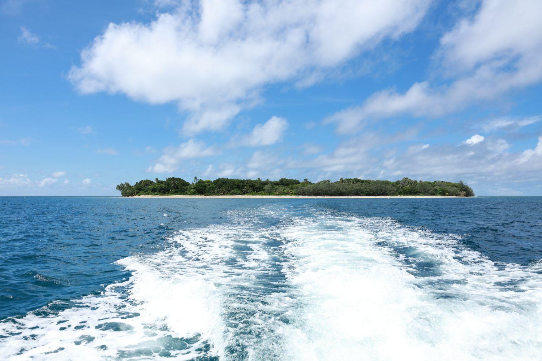 """写真は、本島北部・東海岸「ヤンゲン」から行ける離島「イエンガ島」。ヤンゲンは、奇石が連なり神話も多く残される、ワイルドな魅力溢れるエリア。ボートで10分ほどで到着するイエンガ島は、シュノーケリングのベストポイントで、素潜りでも、竜宮城を思わせるような熱帯魚の数々に出会うことができます。何より、まだほとんど観光客に知られていない""""秘境""""とあって、真っ白なパウダーサンドの浜をひとりじめにして楽しめます。ダブルリーフと呼ばれる二重のサンゴ礁に守られた美しい海を、周囲の喧噪にわずらわされることなく思いきりリラックスして味わうひとときは「最高!」の一言に尽きます。"""