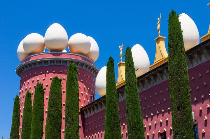 なんじゃこりゃの連続!インパクトが凄すぎるスペインの「ダリ美術館」とは