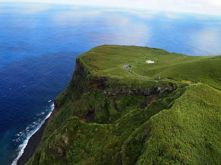 辿り着くのも難しい?謎に包まれた秘境世界「青ヶ島」の魅力に迫る