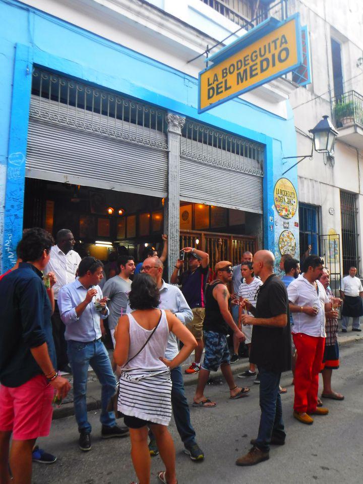 文豪ヘミングウェイが晩年通った店として有名で、カウンターではキューバ発祥のモヒートを飲むためにたくさんの人だかりが!モヒート=6CUC!旧市街の中にありカテドラルからすぐそこ。筋がいっぱいあって迷子にならないように!
