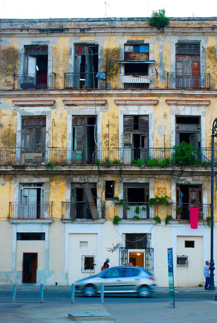 老朽化については気になりますが、なかなかお目にかかれないほど年期の入ったマンション。ハバナの街並みはほとんどがこのような古い建物です。アメリカ資本がまだ入っていなかったためか、社会主義国の国の財政によるのかはわかりませんが、ある意味今しか見れない街並み。