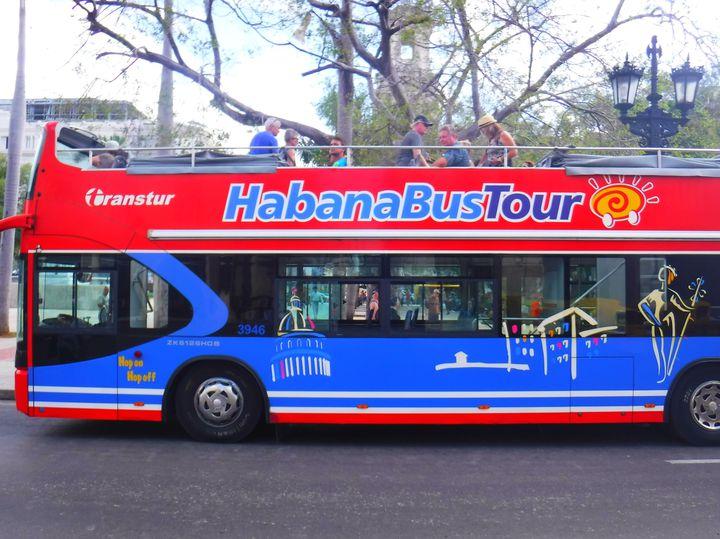 市内をオープンエアーの二階建てバスが巡回しているので観光客には便利。T1ルート、T3ルートと決まっているが、ずっと乗っていれば1週も出来る。途中降りたいところで降りて、次のバスにもホッピングできる。1日券をバスの中で買える(5CUC)が、30分おきにしか次のバスは来ない上に、時刻表はない。しかもバス停がわかりにくいのが難点。今後のインフラ整備に期待!安く済ませるならバスだが、効率的に回るならタクシー利用を!