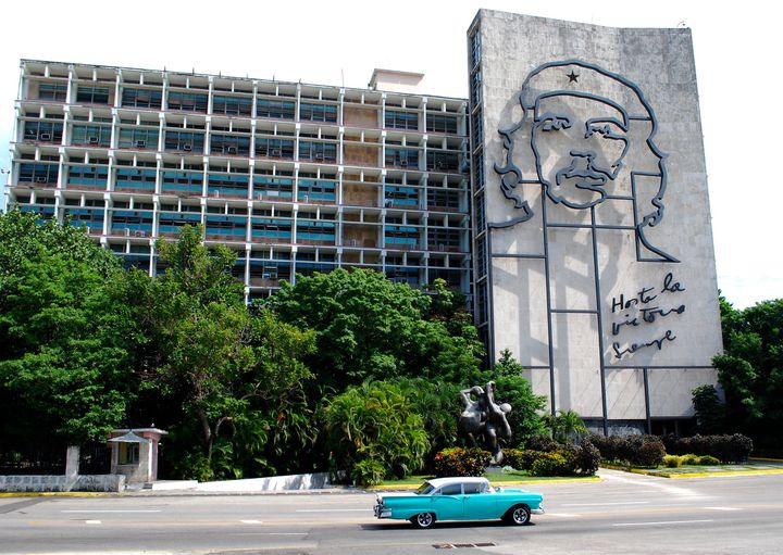 キューバ内務省の壁には、英雄チェ・ゲバラのモミュメントがあり、ハバナ観光の目玉になっています!