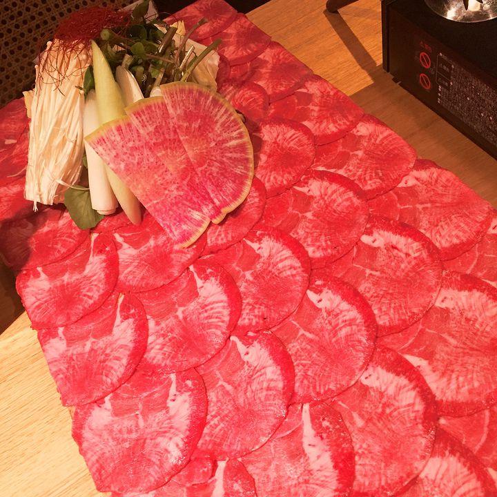 牛タンの絨毯がヤバすぎる!名古屋で見つけた「フォトジェ肉」に寝そべりたい