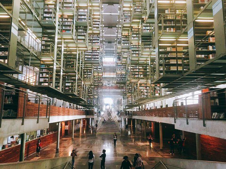 近未来図書館!!まるで宙に浮いているような感覚に