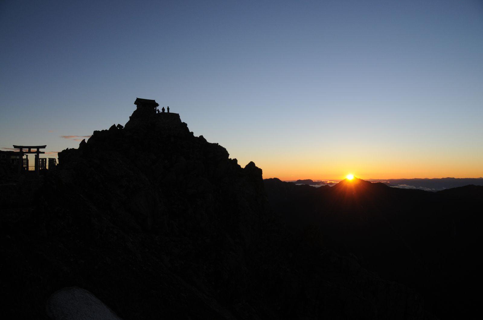 せっかく宿泊したなら、早起きしてご来光も拝みましょう。写真は室堂から2時間ほど登った3000メートル峰「雄山」からの日の出。雲海を染めながら昇る太陽が、神々しいまでの美しさです。