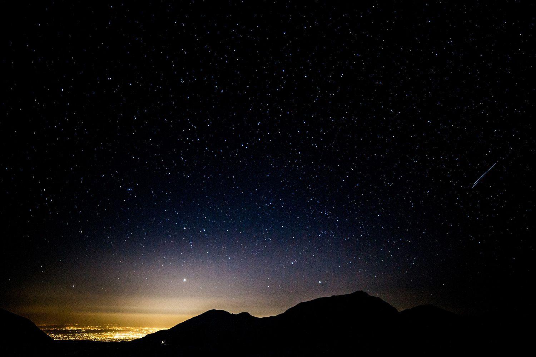 こちらは、立山黒部アルペンルートの最高所にあたる「室堂」。サンセットから、夜のとばりが落ちる時間帯の1カットです。高所で見る星たちは地上の何倍もキラキラと輝いて見え、特に夏場に見られる天の川は文字通りの宝石をちりばめたような素敵さ。
