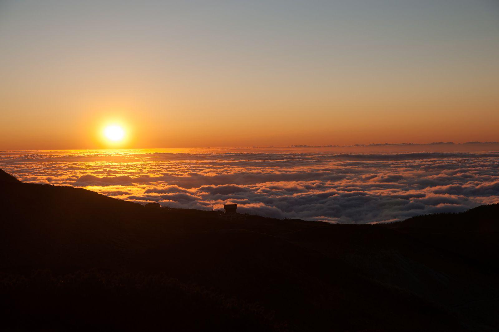 """特に雲海に夕日が沈んでいく""""マジックアワー""""は、最高に美しく心打たれるシーンです。雲にうつる陽光が、オレンジやピンク、紫など様々な色彩を見せる様子が、とっても素敵なんです。"""