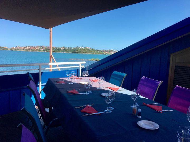ブルーやパープルの色鮮やかな椅子が並ぶテラス席。まぶしい日差しと穏やかな海、気持ちの良い風に、こんな素敵なところがあったのかと思わず溜め息がでてしまいそうです。