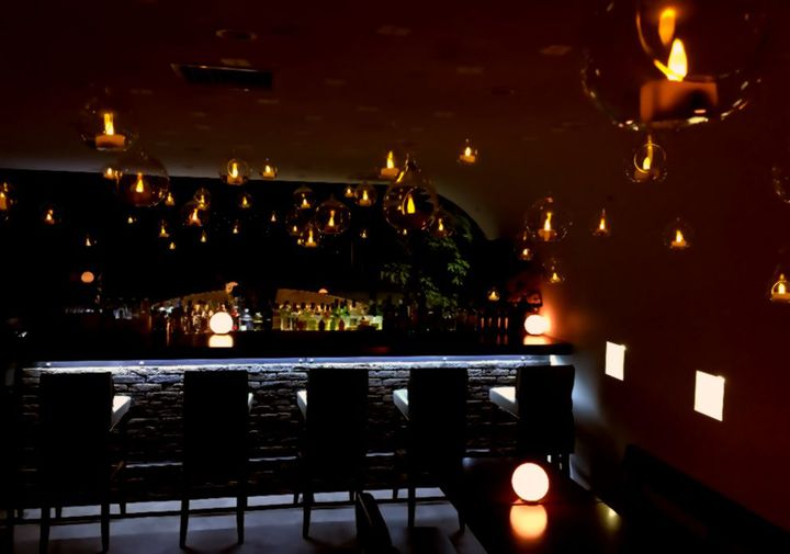 50灯のキャンドルが宙に浮く。吉祥寺のバーがラプンツェルの世界に