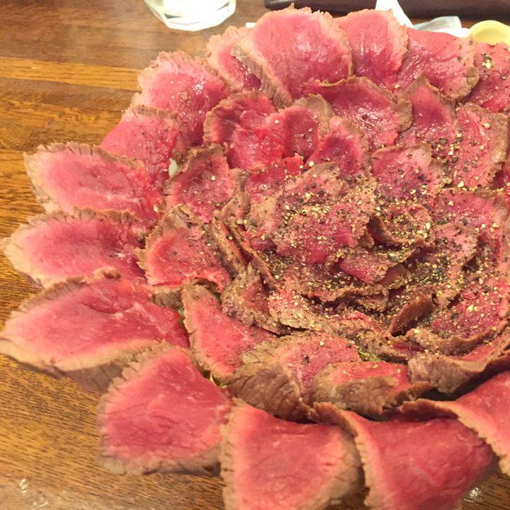 見た目もコスパも最強!東京都内で食べられる「はみ出しグルメ」8選