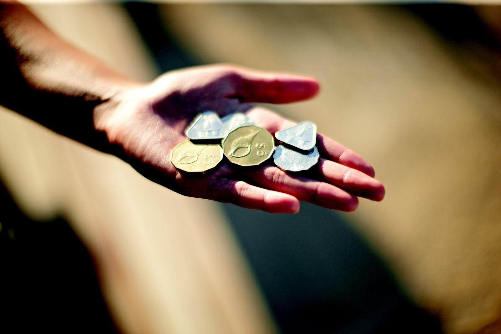 ちなみにハガキ以外の心を届ける小さなお土産として、国内で普通に使われているコインやお札もオススメ。世界でもクック諸島だけという「3ドル札」や、写真のような三角形のコインも珍しく、会話も盛り上がりそう。クック・アイランドは記念通貨の生産国としても有名。「ハロー・キティ」や「銀河鉄道999」「北陸新幹線」などの記念通貨も作っているんです。