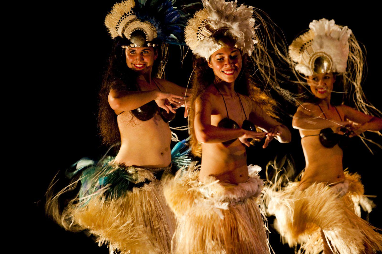 マオリの人々が伝えて来たポリネシア文化の中でも特に、実際に目にして帰りたいのが「ポリネシアンダンス」のショー。タヒチアンダンスのスタイルに非常に近いクック諸島のポリネシアンダンスは優美かつ情熱的。独特の腰だけを揺らす動きに目を奪われます。男性たちによる、キレのある激しい動きに火があわさる大迫力の踊りも注目。リゾートホテルのディナーショーなどでも見られますが、ラトロンガ島に2009年にオープンしたマオリの文化に触れられる観光施設「テ・ヴァラ・ヌイ・ヴィレッジ」で見るのもオススメ。ポリネシア伝統の料理と共に、ダンスと音楽のパフォーマンスを楽しめます。テ・ヴァラ・ヌイ・ヴィレッジには他にも、ポリネシア伝統の彫刻や編み物、ココナッツの利用方法、ダンスの衣装の作り方の実演など、様々なアクティビティが用意されています。