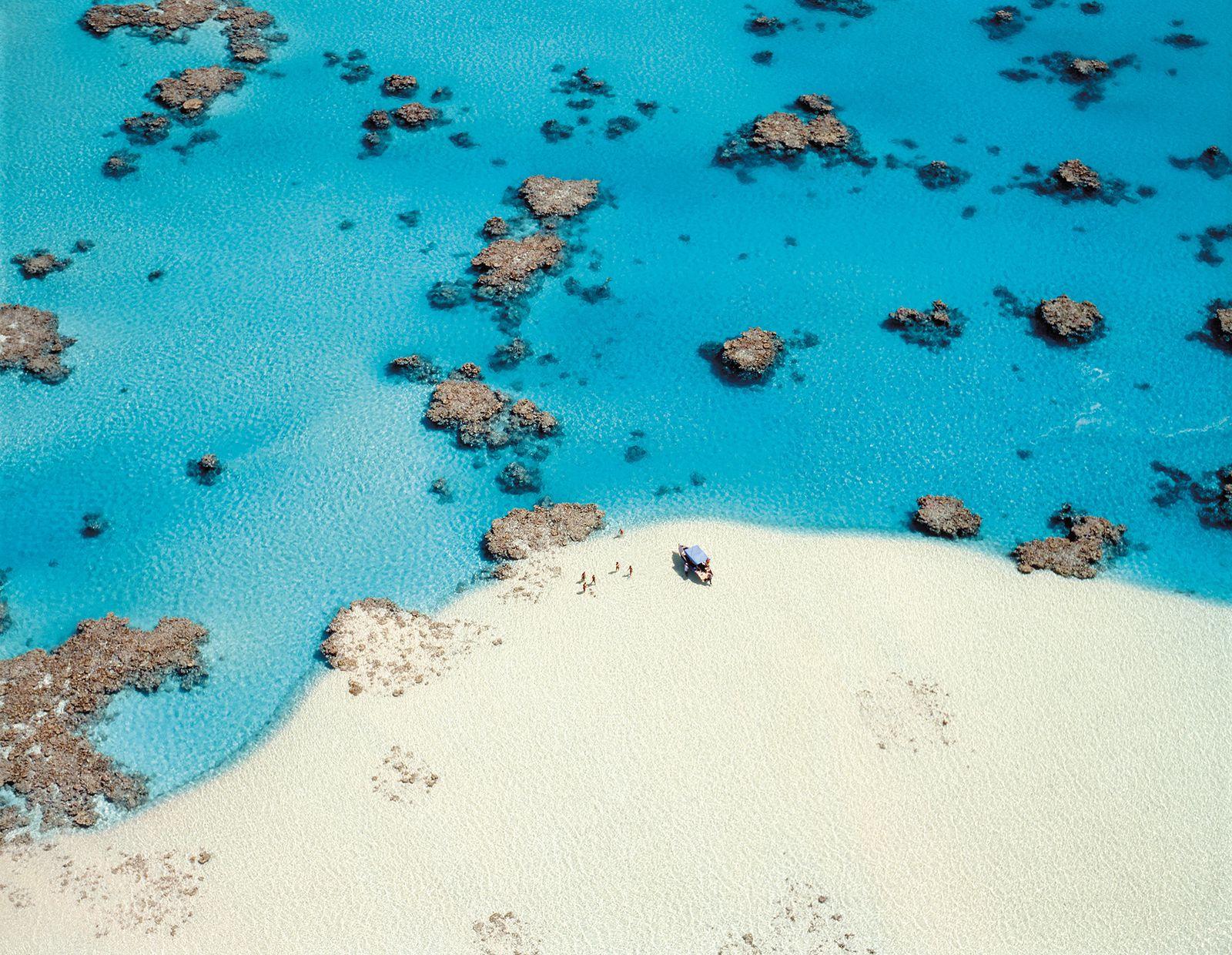 手つかずの自然が各所に残り、各所で見たことのないような絶景と出会えるクック諸島。そんななかでも絶対に訪れたい場所が、15の島のなかの一つ「アイツタキ島」にある「ワンフット・アイランド」のラグーン。アイツタキ島は、クック諸島の玄関口「ラロトンガ島」から国内線で約50分の距離に所在する島ですが、飛行機からの途上にも見えるラグーンの美しさが、とにかく格別。この淡いブルー(アイツタキ・ブルーと呼ばれます)と真っ白な砂のコントラストは、日本ではお目にかかれない種類の色味ですよね。