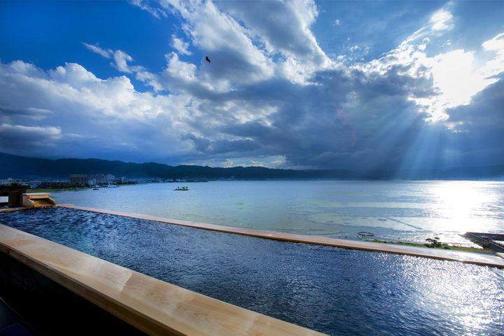 諏訪湖を一望できる絶景風呂!『萃sui‐諏訪湖』に泊まりたい