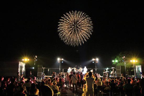 サマーコンサート会場からの花火は格別!新潟で「西川まつり大筒花火打上げ」開催
