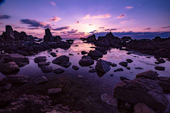 まるでSFの世界な岩場!秋田の「入道崎灯台」が想像を絶する美しさ