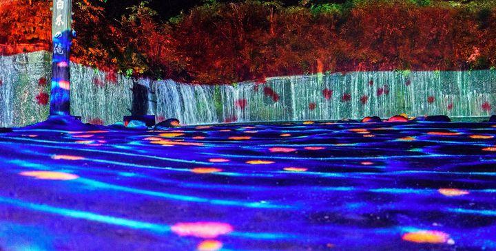 【終了】夏の軽井沢の夜が幻想的に!「白糸の滝」ライトアップ&イリュージョン開催