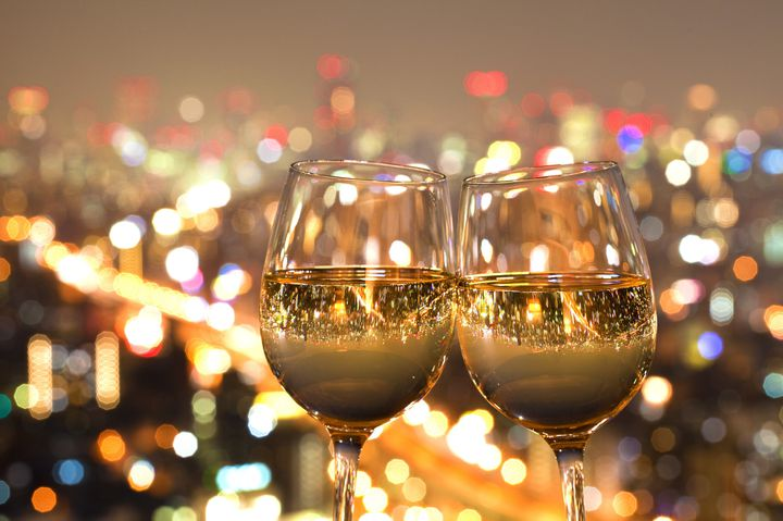 ソファ席から夜景を見ながら。贅沢な記念日デートに使いたい東京都内のお店7選