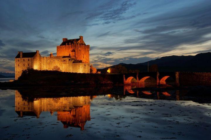 """湖面に輝く黄金の古城。スコットランドで最も美しい""""アイリーン・ドナン城"""""""
