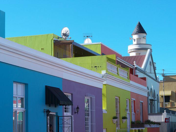 喜びを象徴する街!カラフルな家が並ぶ南アフリカの「ボカープ」とは?