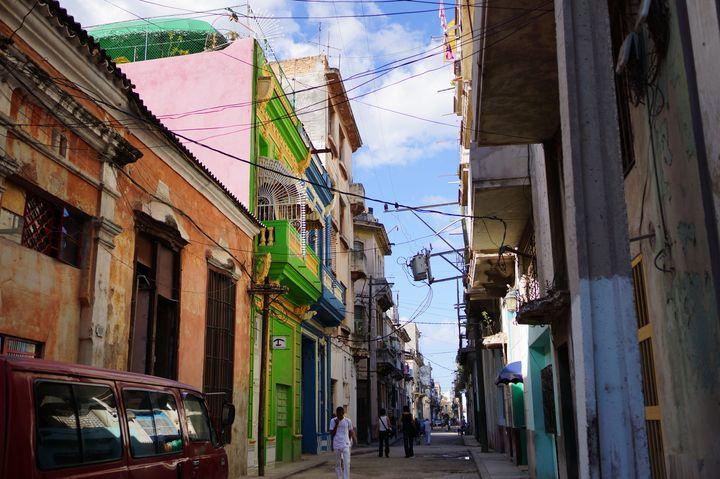 旧市街はこんな街並み! 車の通れない道もありますが、レトロな街並みとクラシックカーの組み合わせはとてもいい雰囲気。