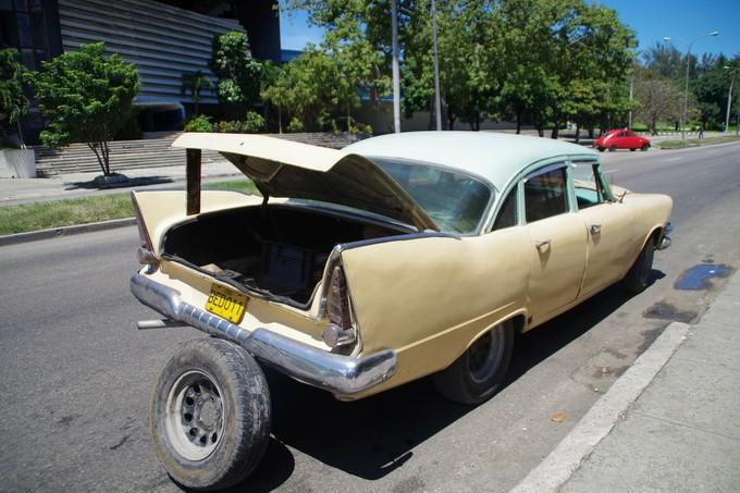 こちらの車はタイヤに問題があったよう・・・。