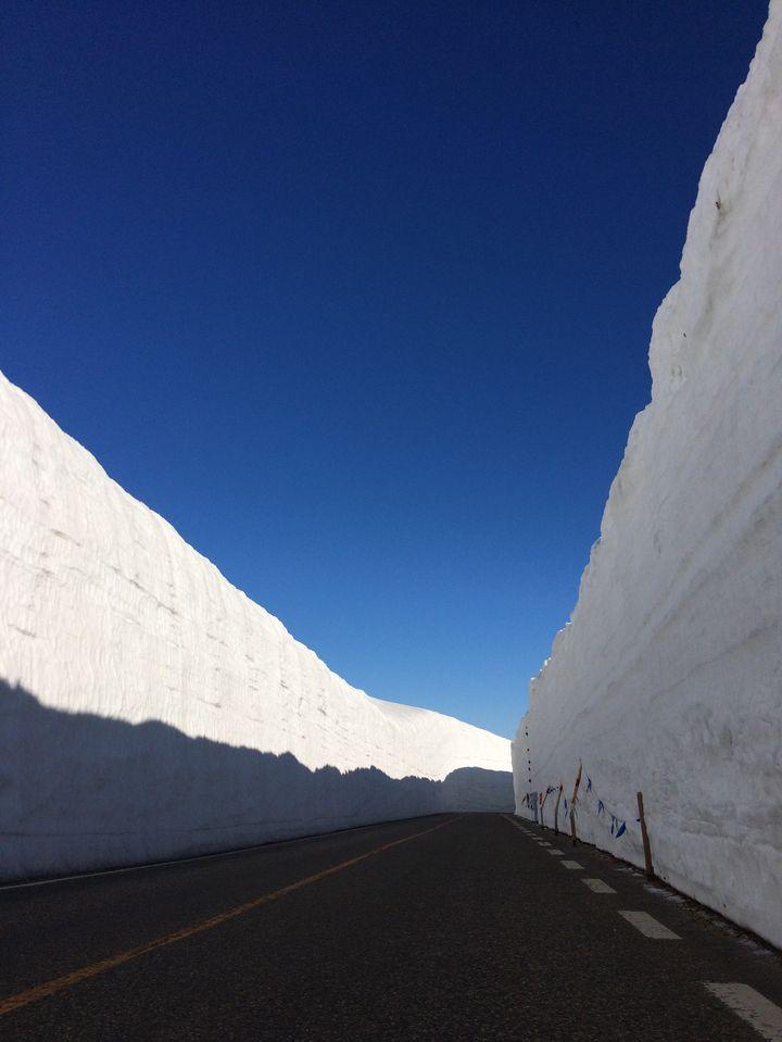 """唯一無二の絶景!立山黒部アルペンルートの""""雪の大谷"""""""