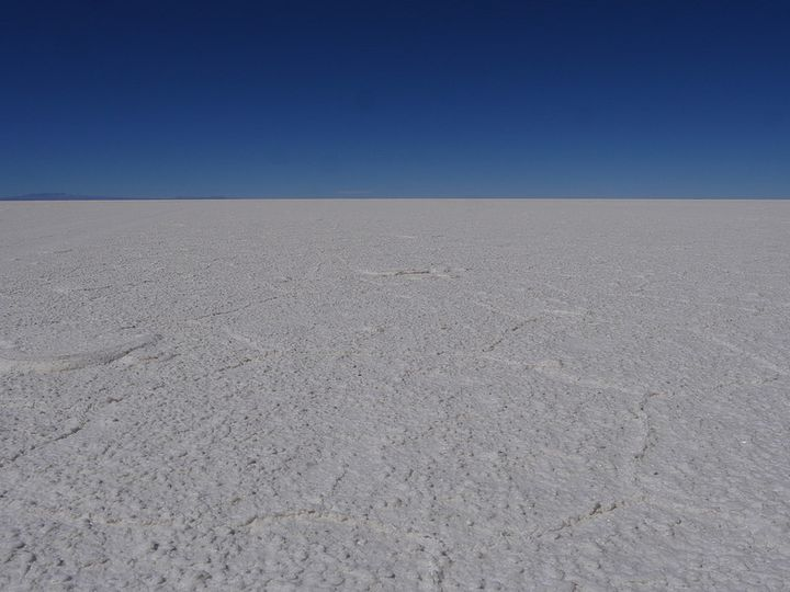 乾季のウユニ塩湖乾季の時期には一面乾燥した塩で覆われています