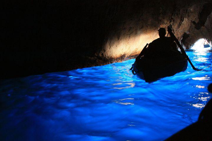 """本当に実在する奇跡の絶景!イタリア・カプリ島""""青の洞窟""""に行ってきた"""