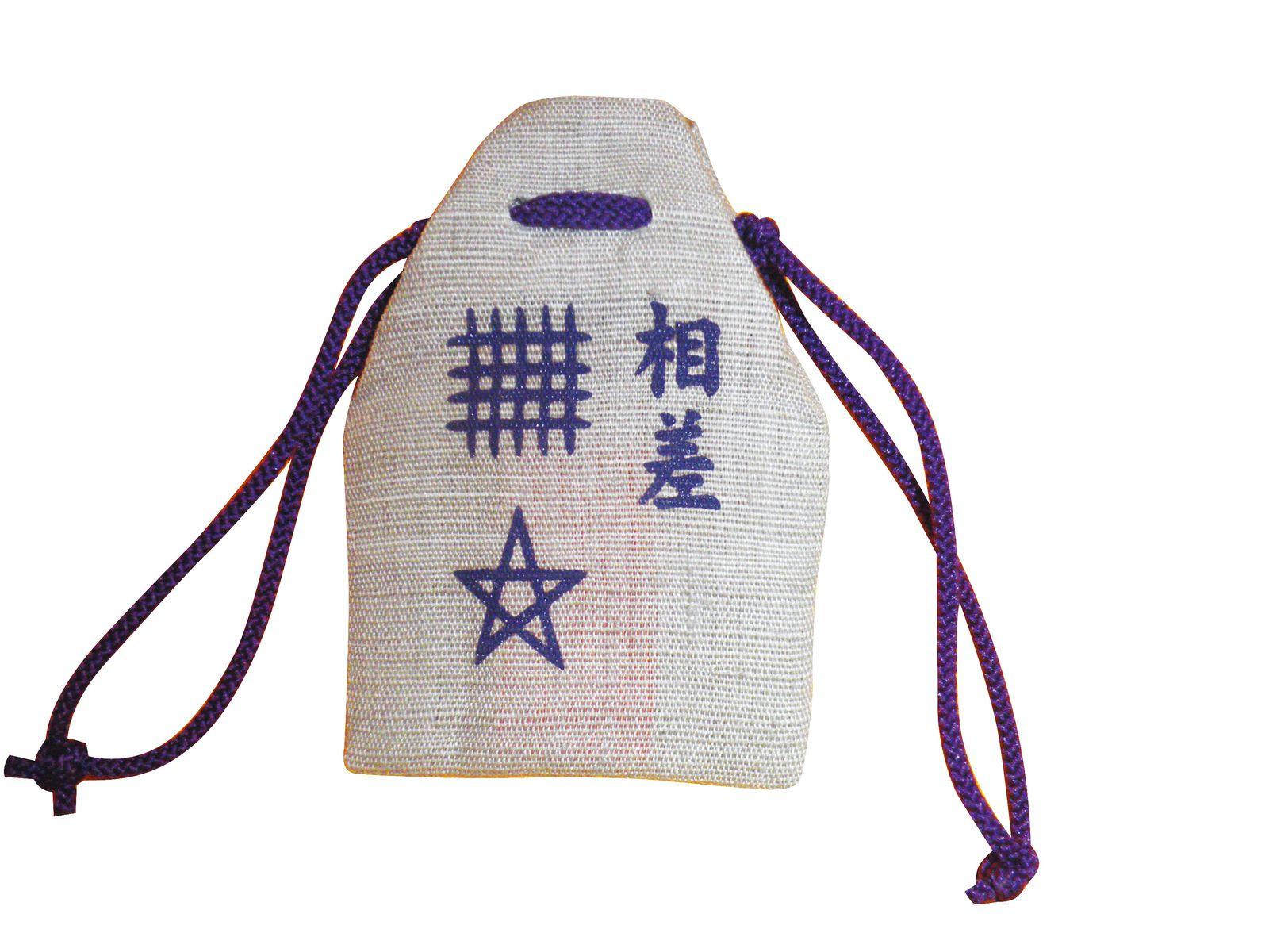 海女さんたちが手作りしている麻の布のお守りは、魔よけのマーク「セーマン ドーマン」の刺しゅう入り。とってもかわいく、要チェックです。