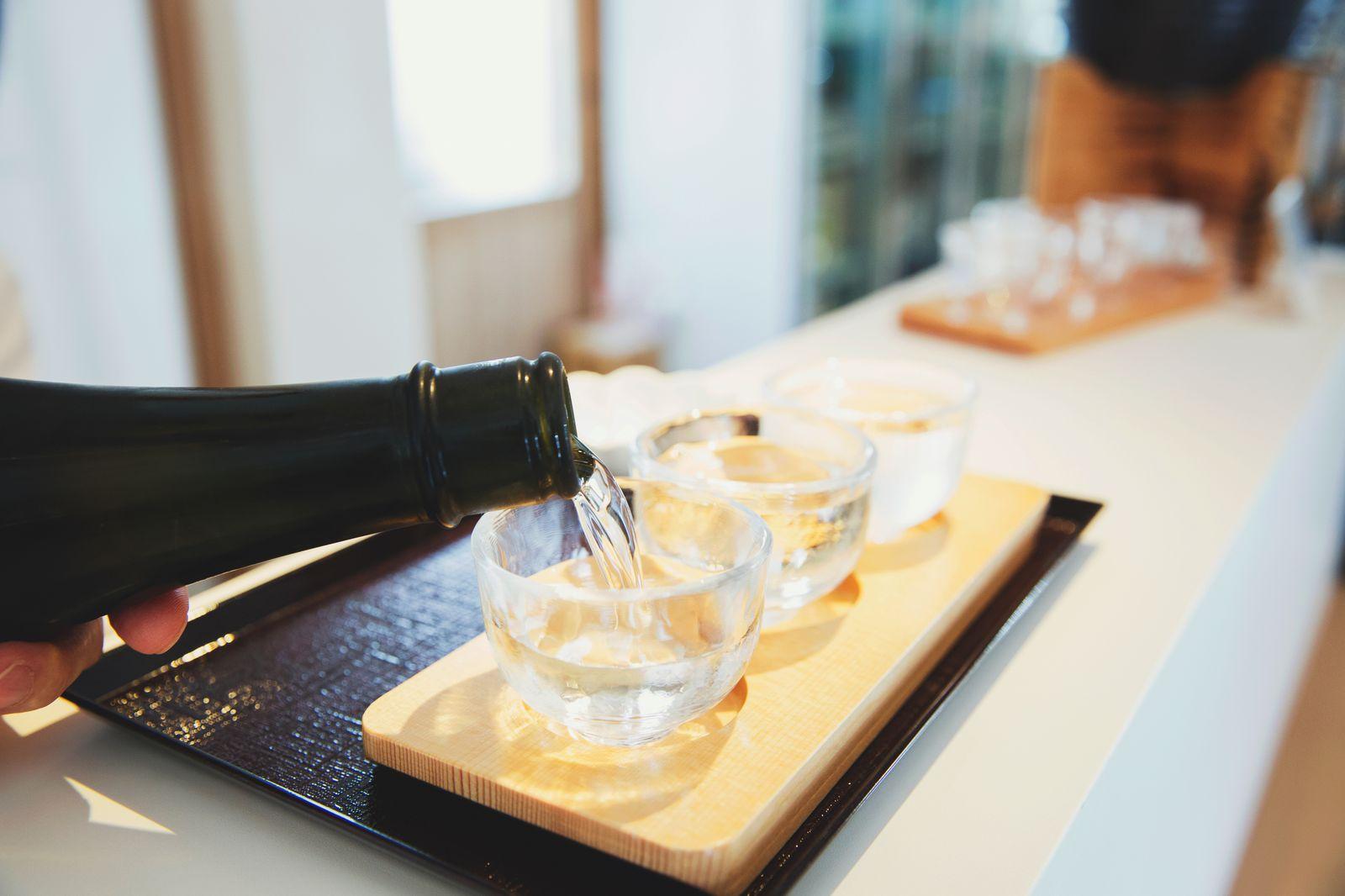 おいしいお料理に合わせるのは、地元産の日本酒がおすすめ。伊勢志摩サミットでもふるまわれた地酒は今、大人気。友達や家族へのお土産に買って帰りたいという方は、近鉄・伊勢市駅からほど近い「伊勢百貨店 五豊美(ごほうび)」に。地元・三重県のお酒がズラリと揃い、利き酒カウンターで味見(有料)をしながらお気に入りを見つけられます。