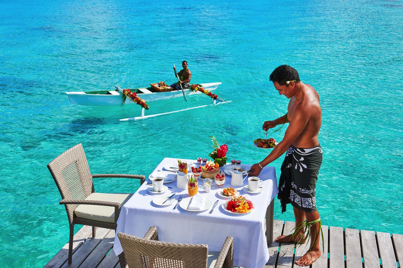 遠浅で波が穏やかなので、カヌーでお部屋まで朝食を届けてくれるタヒチならではのおもてなし「カヌーブレックファスト」や砂浜にテーブルなどをセッティングする「水上ランチ」といったおもてなしも。特別な時間を楽しめます。