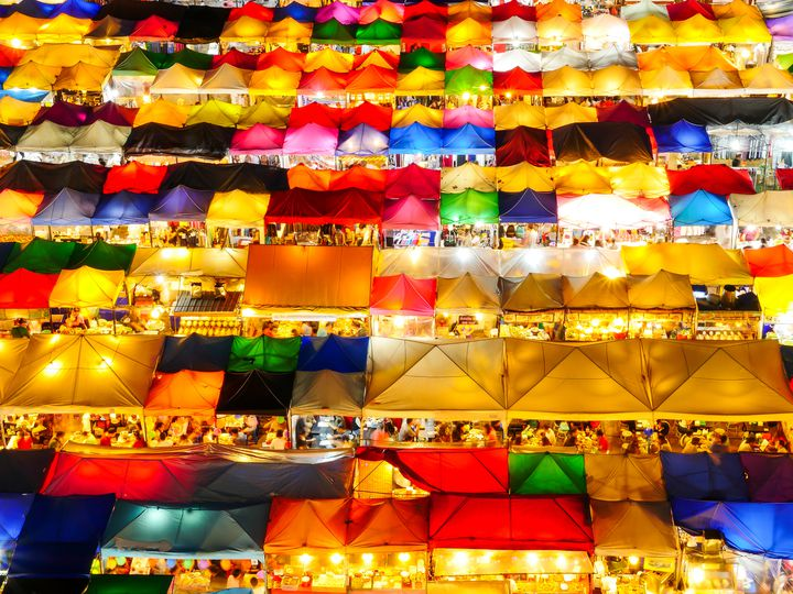 意外な場所から眺める夜景…!タイのナイトマーケットでカラフルな絶景を