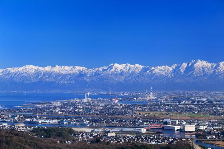 富山県の西北、能登半島の東側つけ根部分に位置する氷見市。日時にもよりますが、東京駅からは北陸新幹線とJRや私鉄を乗り継いで約4時間、大阪駅からはJRや私鉄を乗り継いで約4時間半で到着します。氷見の特徴は、なんといってもお魚のおいしさ。「天然のいけす」と呼ばれる富山湾に面しているので、新鮮なお魚が豊富にとれるんです。日本海の魅力を心ゆくまで堪能できる場所といっても過言ではありません。