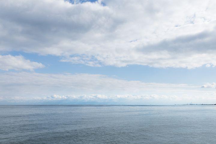 海越しに望める3000メートル級の立山連峰も、氷見のシンボル。まるで白い屏風のようなこの絶景、12月〜2月の特に冷え込んだ晴れた日は比較的見やすくなっています。写真は氷見漁港付近からのものですが、ほかにも石動山や阿尾城跡展望台など複数のビューポイントがあります。