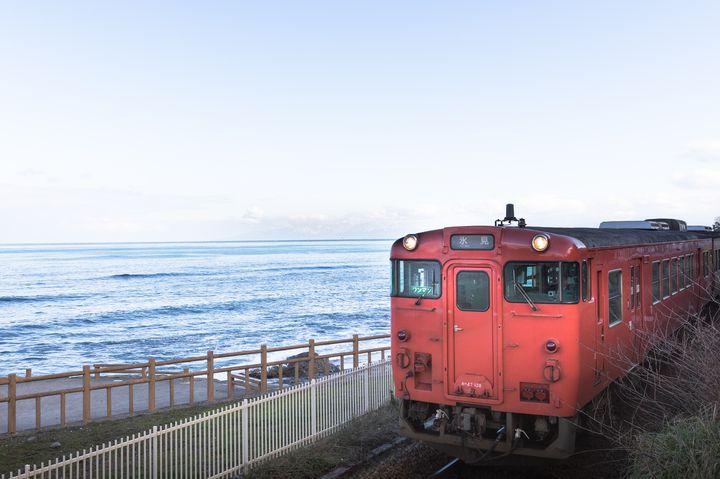 JR氷見駅から二駅の雨晴駅付近では、氷見行きの電車と立山連峰を一枚の写真におさめることが可能。ここでしか見られない風景を、さまざまな角度から撮影して、旅の思い出として持ち帰りましょう。