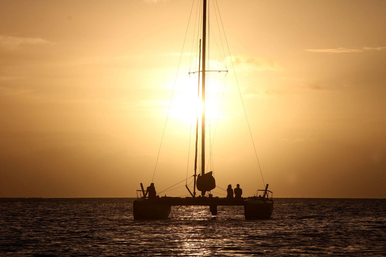 タヒチでは、海に沈む美しい夕日も見逃せません。カタマランヨットで沖にでて、クルーズをしながら眺めるもよし、リゾートのサンセットポイントから見るもよし。いずれも、シャンパンを飲みながらロマンチックな時間を楽しむことができます。