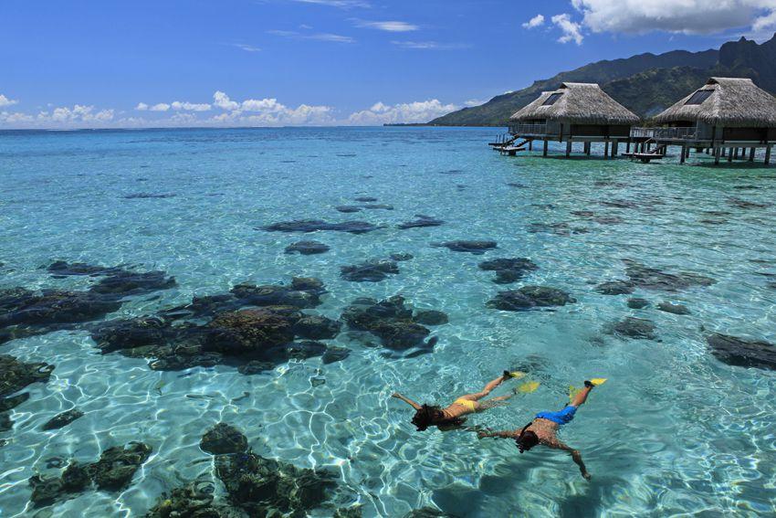 水上バンガローの周りには、写真のように美しいブルーラグーンが広がっています。テラスからそのまま海に入ることができ、シュノーケルをすることも可能。ぜひ二人で楽しんでください。
