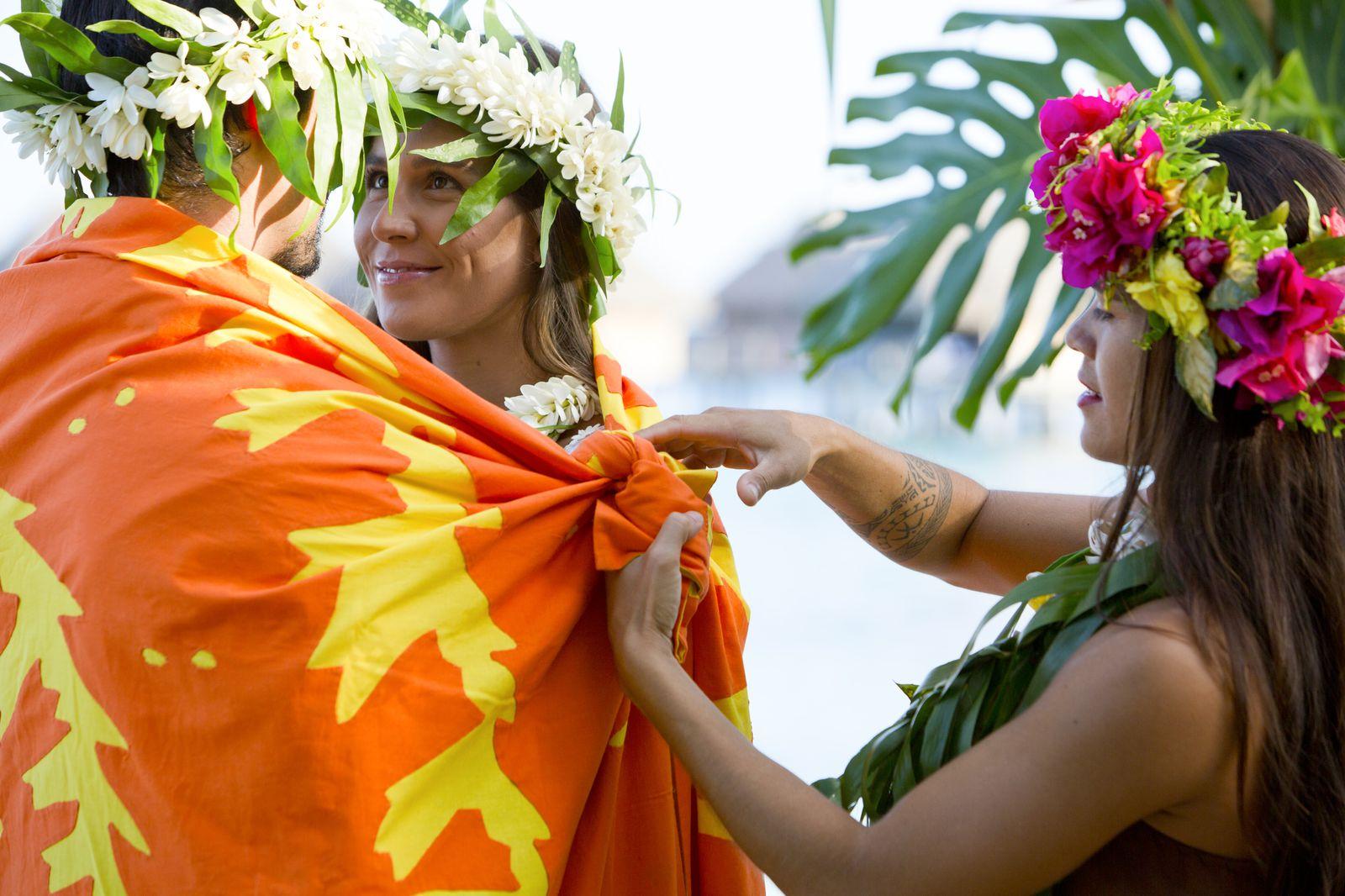 もうひとつ、おすすめのお土産が「ティファイファイ」と呼ばれるタヒチアンキルト。タヒチでは、結婚する際に花婿側から花嫁へこれを贈る習慣があり、ウエディングセレモニーでは新郎新婦を大きな一枚のティファイファイで包んで永遠の愛を誓う儀式が行われるんです。現地ではキットが販売されているので、旅の思い出として自分だけのオリジナルキルトにトライしてみてはいかがでしょうか。