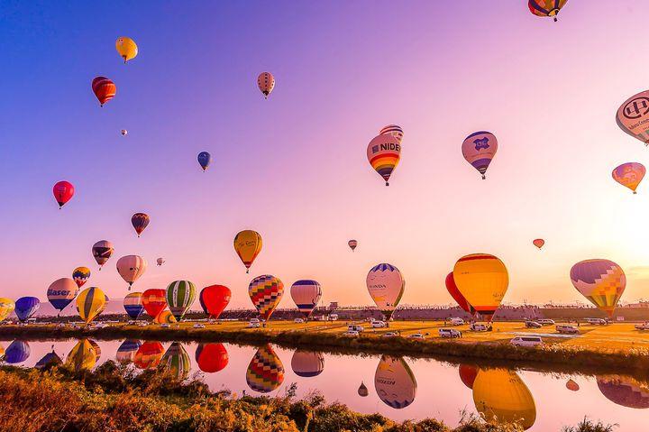 カラフルな熱気球がつくりだす絶景。「佐賀インターナショナルバルーンフェスタ」開催